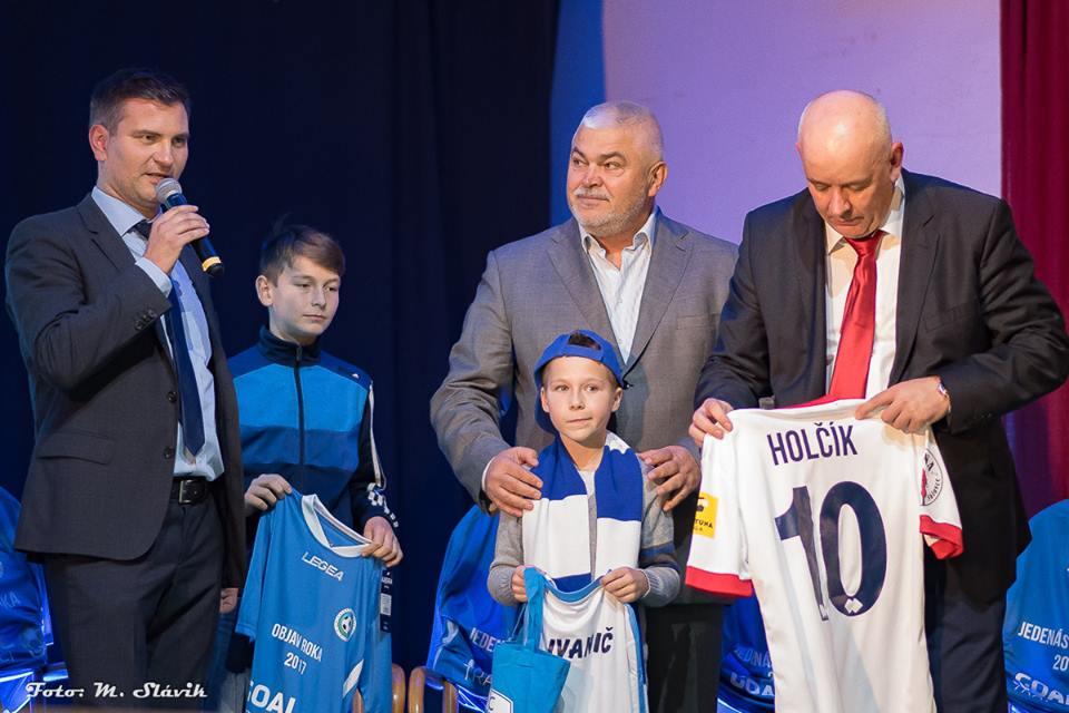 Lanskú Jedenástku roka poctili návštevou aj Martin Ondrejka a Marián Valenta, funkcionári FC ViOn a FC Nitra.